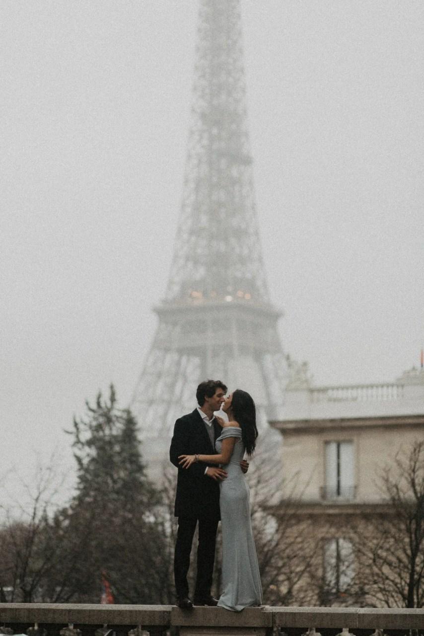 Winter couple session photography Paris Eiffel tower