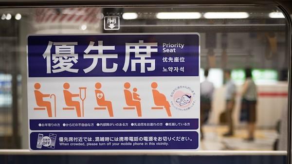 電車で妊婦さんに席を譲ったら他のおばさんが席に割り込んで座った話