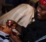 © UNICEF Somalia/2013/Holt Gabar yar oo la siinayo tallaalka dabaysha iskuul ku yaal muqdisho