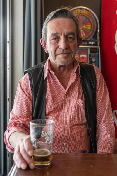 Jonny, dans le café De Zwaan à Lubbeek © Jef van den Bossche