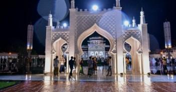 بعيد أداء الصلاة في مسجد بيت الرحمن الكبير في باندا أتشيه في اندونيسيا