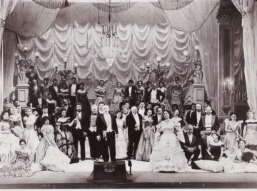 El Coro Estable del Teatro Argentino en la producción de la ópera La Traviata en el año 1994