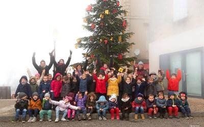 Sapin de Noël décoré avec l'aide des maternelles de Duras