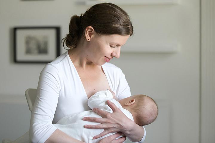 Football-hold Причины и лечение газов у новорожденных, младенцев и детей.