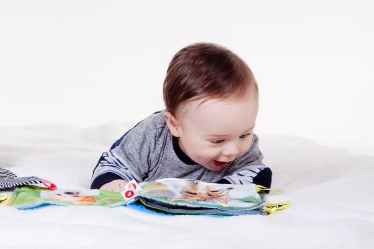 child-3045207_960_720 Этапы развития ребенка: 8ой – 12ый месяцы