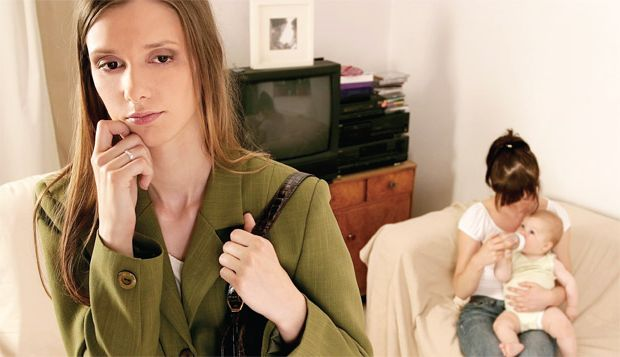 mom-leaving-baby-with-sitter Развитие ребенка: развитие самосознания детей, независимость и отделение.