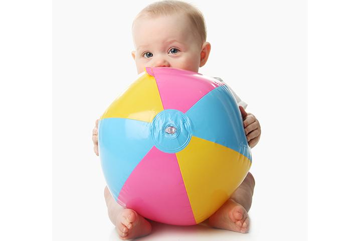Rolling-beach-ball 15 развлечений для 6 месячных малышей.