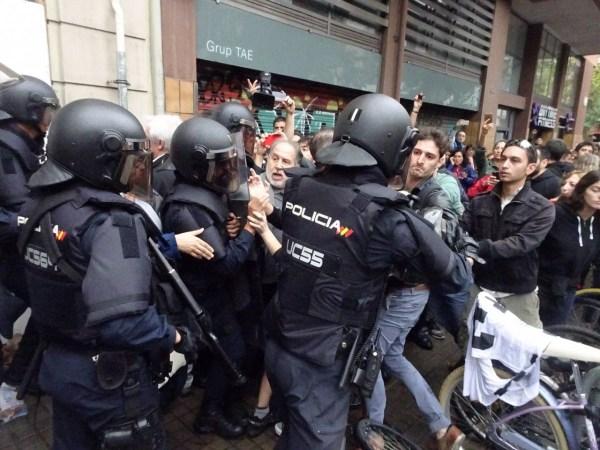 La Policia Nacional espanyola desallotjant un col·legi a Barcelona el dia 1 d'octubre   Martí Urgell