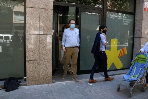 Marc Solsona, portaveu del PDECat, sortint de la seu del partit.   ACN