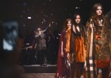 Clare-Maguire-performing-live-at-the-Burberry-Womenswear-Autumn_Winter-2015-Show