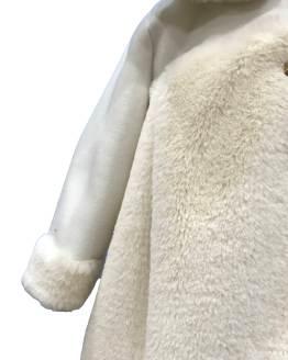 Detalle Marta y Paula abrigo bebé pelo beige