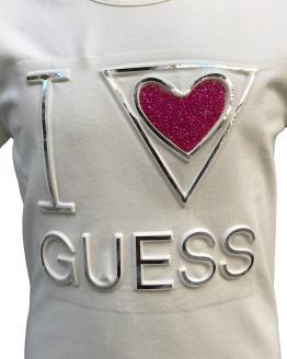 Detalle Guess camiseta chica logo relieve y corazón