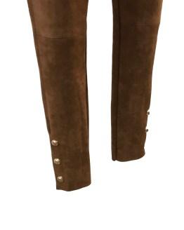Detalle Custo Barcelona pantalón marrón botones dorados