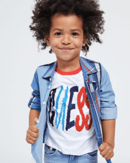 Catálogo Guess Kids camiseta logo irregular multicolor