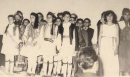1963 Εορτή Στ΄ τάξης Α΄ δημοτικού Δάφνης για την 25η Μαρτίου, στον κινηματογράφο ΕΡΜΗΣ. (Φωτο : Αρχείο Γ. Πισιμίση)