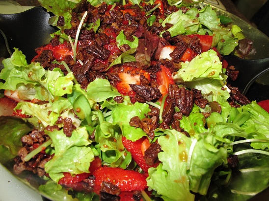 סלט ירוקים עם תותים ופקאן סיני