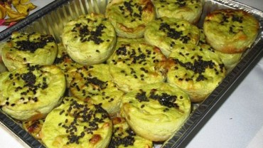 מיני פשטידות של ברוקולי, גבינות וצנוברים