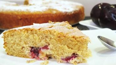 עוגת שזיפים בחושה עם קמח מלא ושקדים