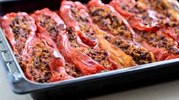 פלפלים מתוקים ארוכים ממולאים בבשר ואורז מבושל