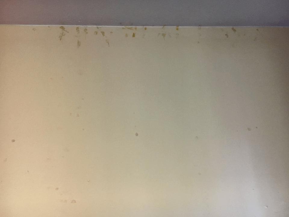 Reste von Klebeband an den Wänden