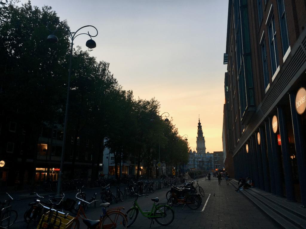 Sonnenuntergang in den Straßen von Amsterdam