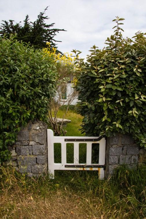 Petit portillon et maison cachée.