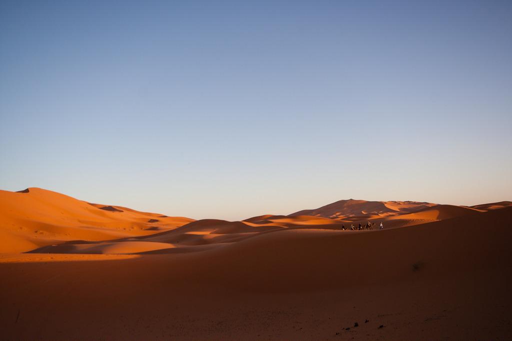 Coucher de soleil sur les dunes de Merzouga, Sahara.