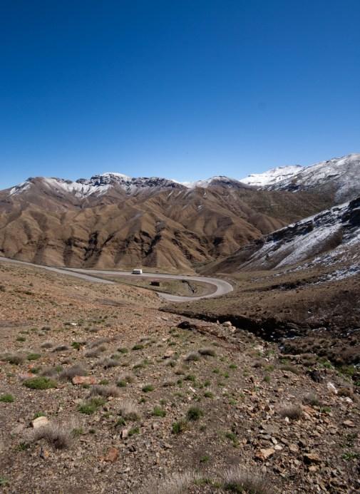 Atlas, routes escarpées et sommets enneigés.