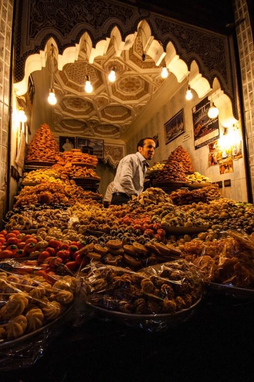 Vendeur de patisseries dans le souk de Marrakech.