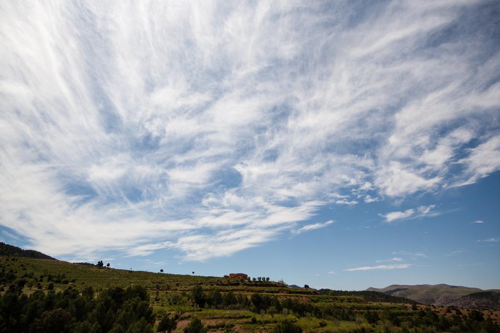 Beau paysage et grand ciel voilé de nuages.