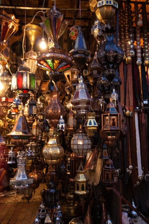 Détail sur des lanternes, dans le souk de Marrakech.