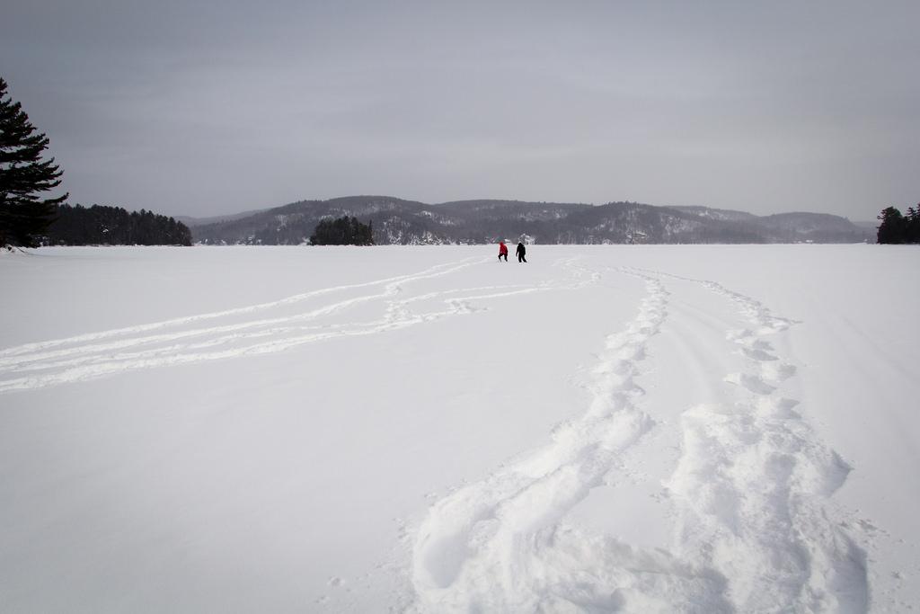 Balade sur le lac gelé et enneigé.