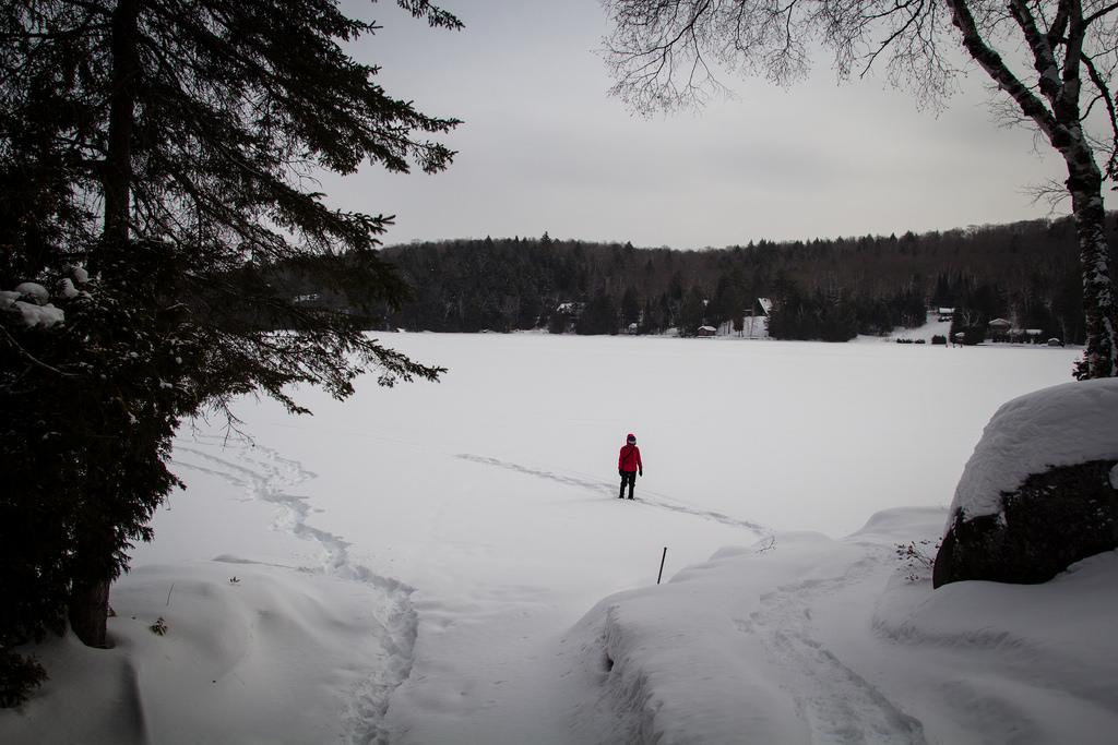 Début de balade sur le lac gelé et enneigé.