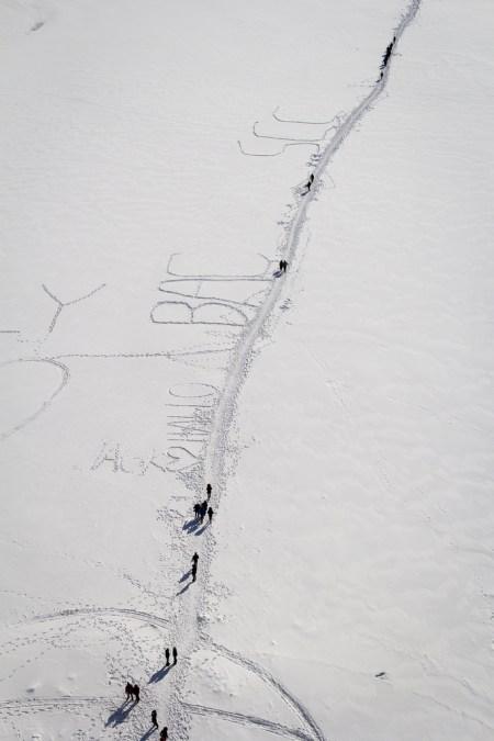 Chemin tracé sur le lac gelé, à travers la neige.