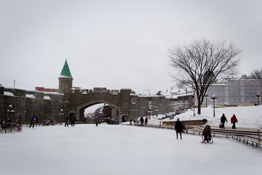 Patinoire et remparts sous la neige.