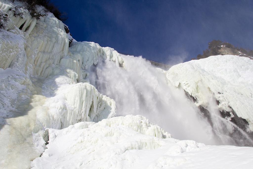 Vue de la chute de Montmorency, du dessous.