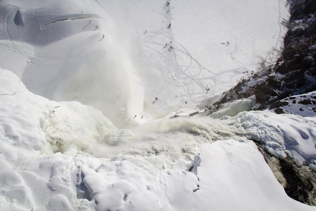 Vue du haut de la chute de Montmorency, quasi toute gelée.