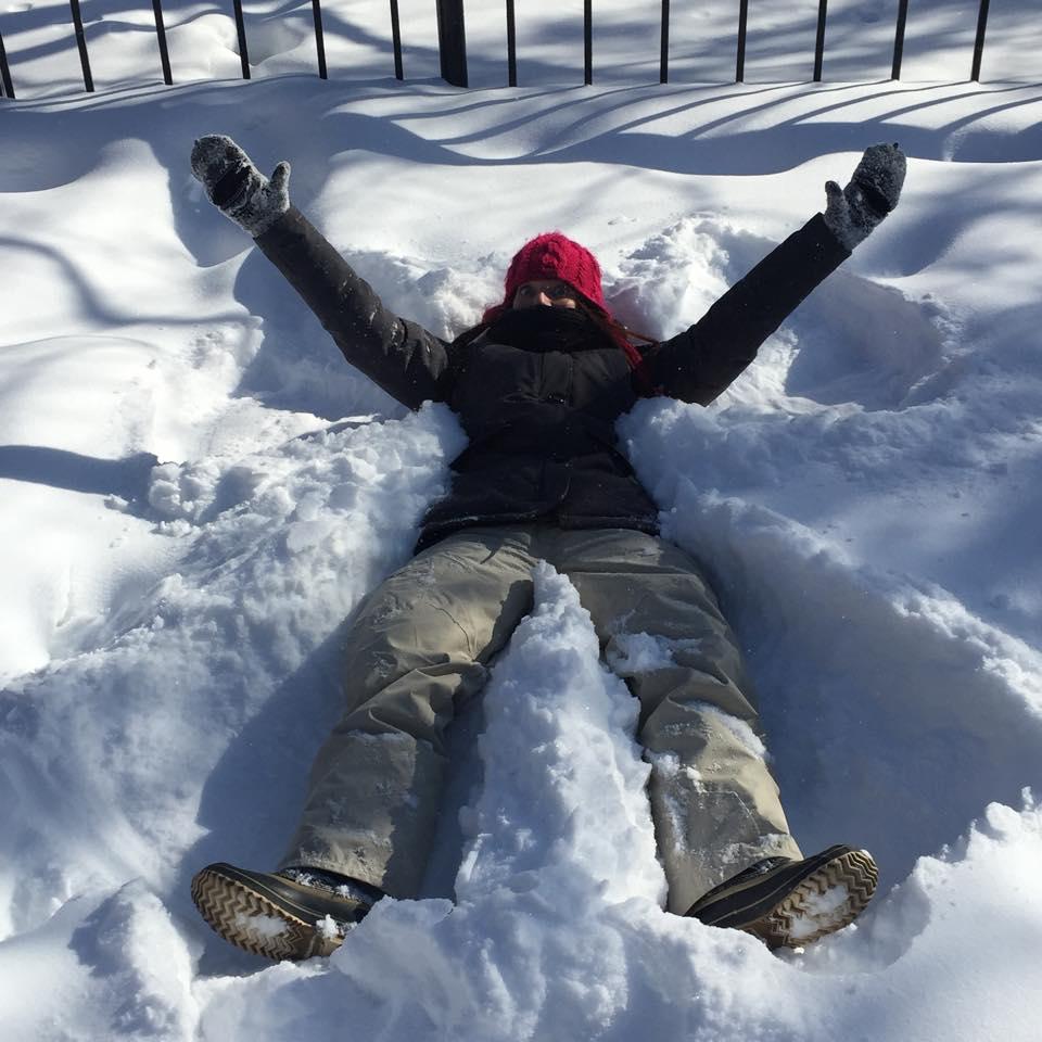 Faire l'ange dans la neige.