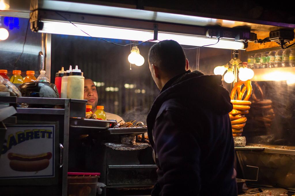 Vendeur de hot-dog ambulant.