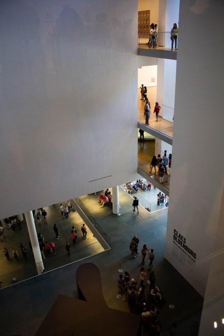 Touristes dans un musée.