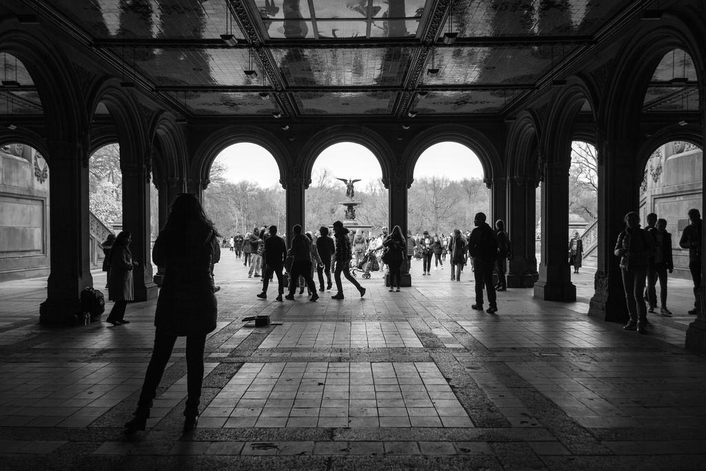 Architecture, gens et noir et blanc.