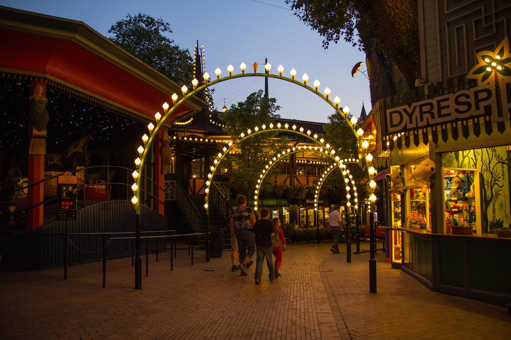 Déambuler sous les lumières du Parc de Tivoli.