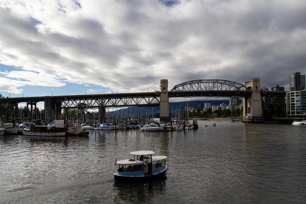 Pont et port de plaisance.