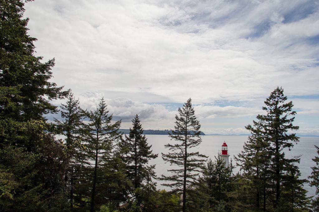 Phare planqué et banlieue verdoyante de Vancouver City.