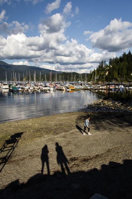 Port de plaisance et bateaux amarrés.