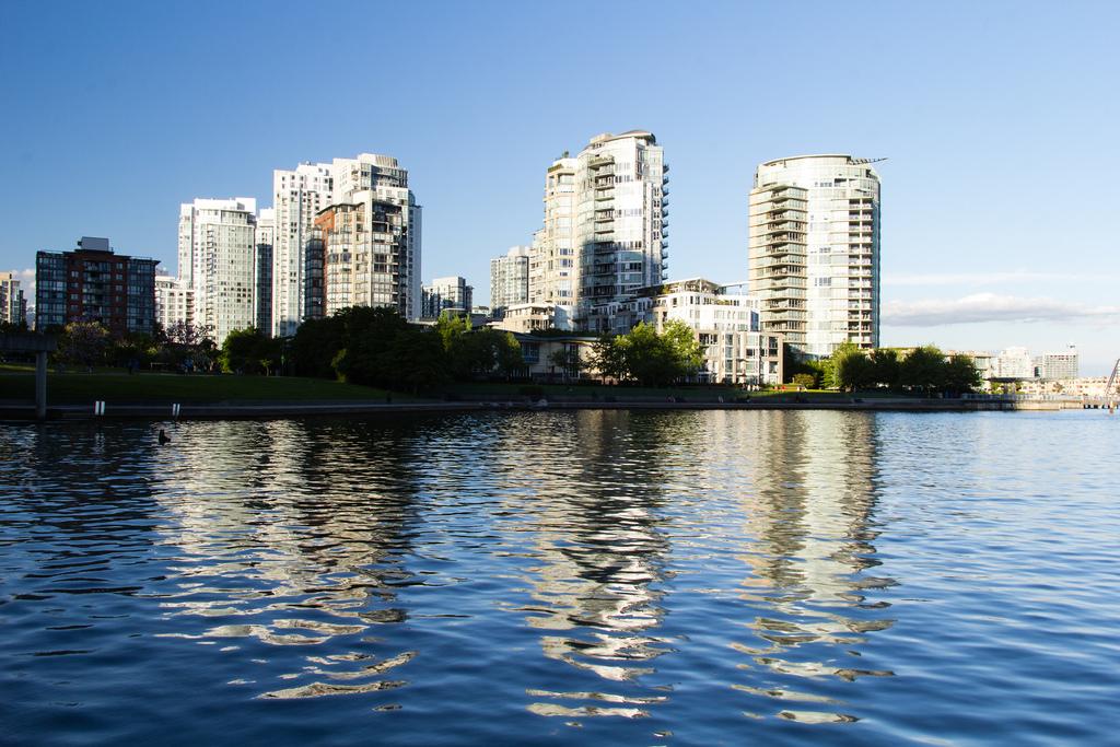 Immeubles d'habitation au bord de l'eau.