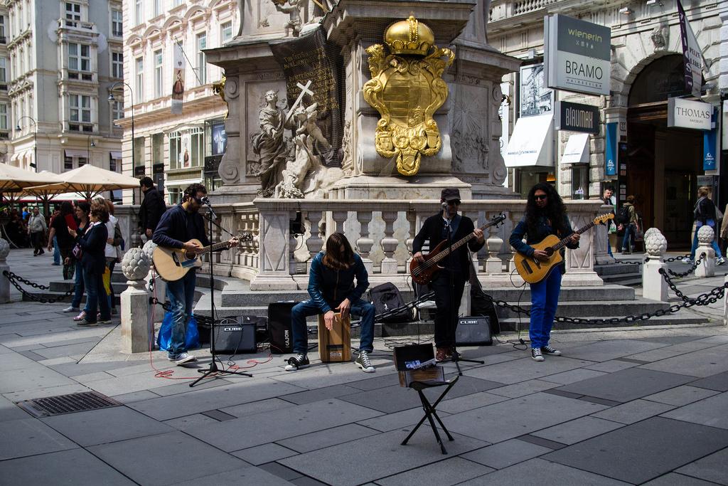 Groupe de musique jouant dans les rues de Vienne.