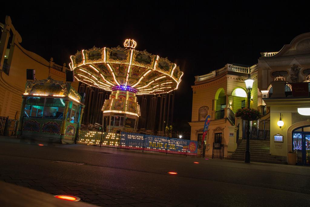 Manège du parc du Prater, vue de nuit.