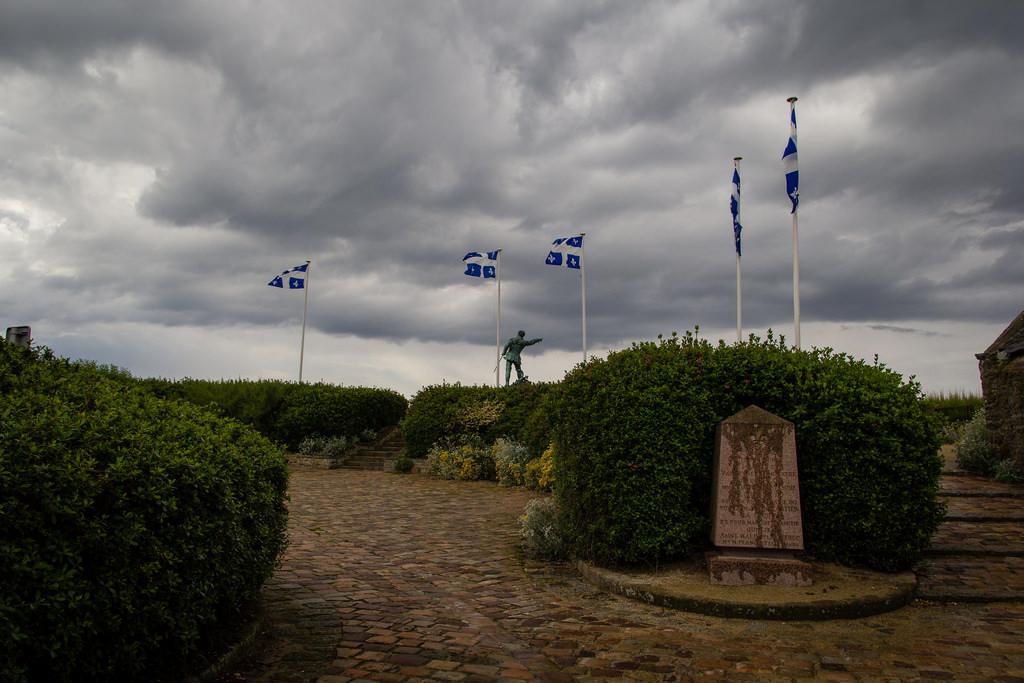 La place du Québec et la statue de Surcouf, sous les nuages.