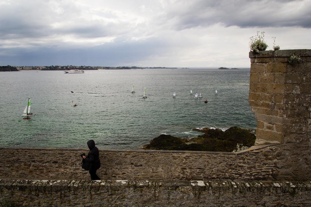 Optimistes sur la mer, vue des remparts.